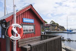 スウェーデン、モヤ島のフェリー乗り場の写真素材 [FYI04597383]