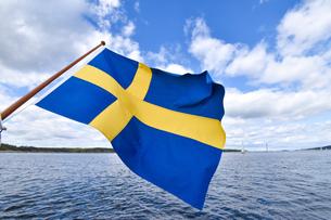 海上で風になびくスウェーデンの国旗の写真素材 [FYI04597392]