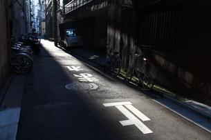 夕日の射す裏通りの写真素材 [FYI04597537]