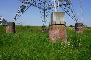 多摩川土手に建つレトロな赤煉瓦土台の送電塔の写真素材 [FYI04597792]