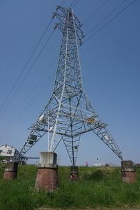 多摩川土手に建つレトロな赤煉瓦土台の送電塔の写真素材 [FYI04597797]