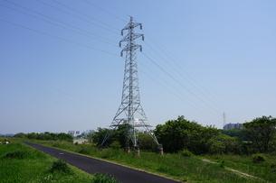 多摩川土手に建つレトロな赤煉瓦土台の送電塔の写真素材 [FYI04597798]
