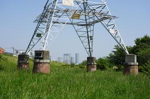 レトロな赤煉瓦土台の送電塔から二子玉川の高層マンション群の写真素材 [FYI04597799]