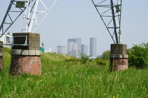 レトロな赤煉瓦土台の送電塔から二子玉川の高層マンション群の写真素材 [FYI04597801]