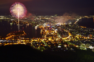 函館山の夜景、花火の写真素材 [FYI04597903]