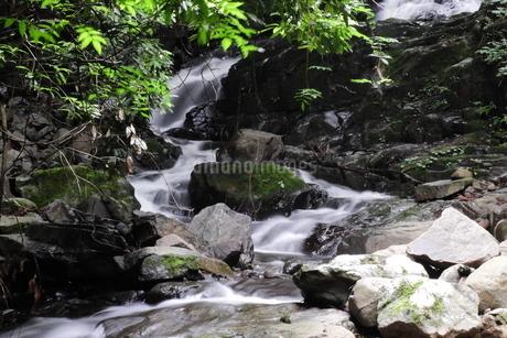 滝から続く急流のスローシャッター写真の写真素材 [FYI04597947]