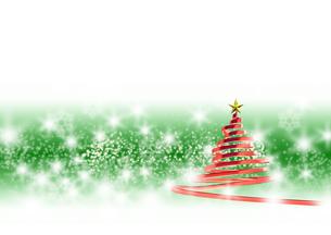 リボンのクリスマスツリー メタリックレッド 緑と白の背景のイラスト素材 [FYI04598403]