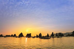 橋杭岩と朝日の写真素材 [FYI04598417]