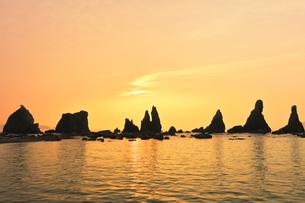 橋杭岩と朝日の写真素材 [FYI04598419]