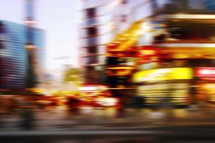 街並み 走行車両よりの写真素材 [FYI04598451]