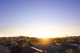 街の日の出の写真素材 [FYI04598497]