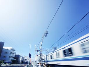 踏切を通過する電車の写真素材 [FYI04598498]