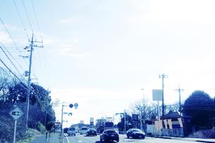 車が走る街並みの写真素材 [FYI04598529]