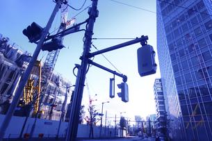 建築中の建物 信号機の写真素材 [FYI04598532]