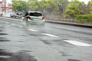 雨の中を走る車の写真素材 [FYI04598534]