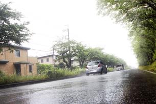 雨の中を走る車の写真素材 [FYI04598538]