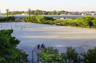 夕方の運動公園の写真素材 [FYI04598547]