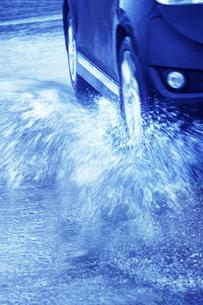 雨の中を走る車の写真素材 [FYI04598550]