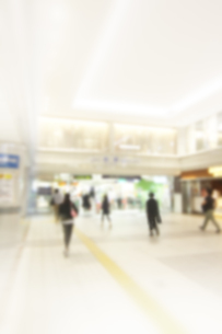 街を歩く人々の写真素材 [FYI04598561]