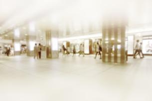 街を歩く人々の写真素材 [FYI04598562]