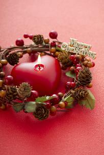 クリスマスリースとキャンドルの写真素材 [FYI04598659]
