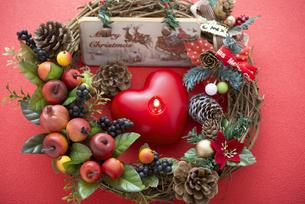 クリスマスリースとキャンドルの写真素材 [FYI04598660]