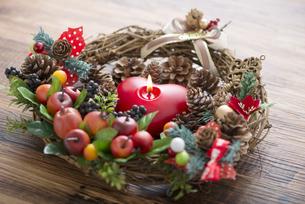 クリスマスリースとキャンドルの写真素材 [FYI04598661]