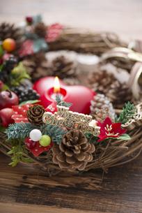 クリスマスリースとキャンドルの写真素材 [FYI04598662]