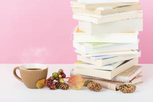 本とコーヒーの写真素材 [FYI04598667]