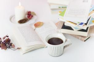 本とコーヒーの写真素材 [FYI04598668]