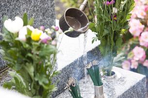 墓石と柄杓の写真素材 [FYI04598704]