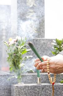 お線香を供える男性の写真素材 [FYI04598793]