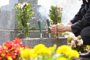 お線香を供える男性の写真素材 [FYI04598796]