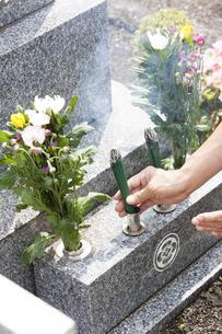 お線香を供える男性の写真素材 [FYI04598799]
