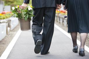 お墓参りに来た夫婦の写真素材 [FYI04598832]