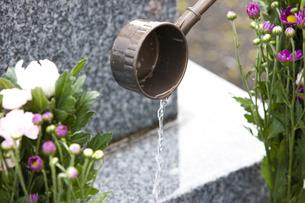 墓石と柄杓の写真素材 [FYI04598852]