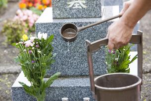 墓石と手桶の写真素材 [FYI04598855]