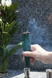 お線香を供える女性の写真素材 [FYI04598862]