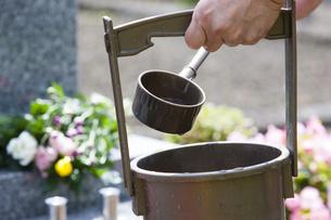 墓石と手桶の写真素材 [FYI04598872]