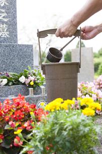 墓石と手桶の写真素材 [FYI04598873]