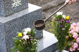 墓石と柄杓の写真素材 [FYI04598877]