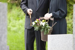 お墓参りに来た夫婦の写真素材 [FYI04598878]