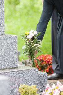 お墓に花を供える女性の写真素材 [FYI04598879]
