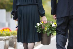 お墓参りに来た夫婦の写真素材 [FYI04598883]