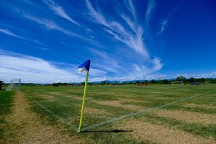 青空とサッカーグランドの写真素材 [FYI04598904]