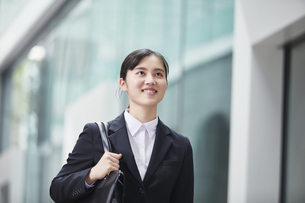オフィス街でスーツを着た若い女性の写真素材 [FYI04599066]