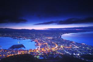 函館市街地の朝夜景の写真素材 [FYI04599170]