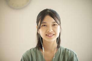 音楽を聴く若い女性の写真素材 [FYI04599207]