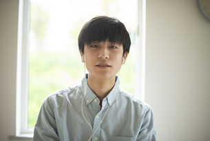 音楽を聴く若い男性の写真素材 [FYI04599208]