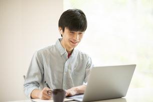 オンライン授業を受ける学生の写真素材 [FYI04599220]